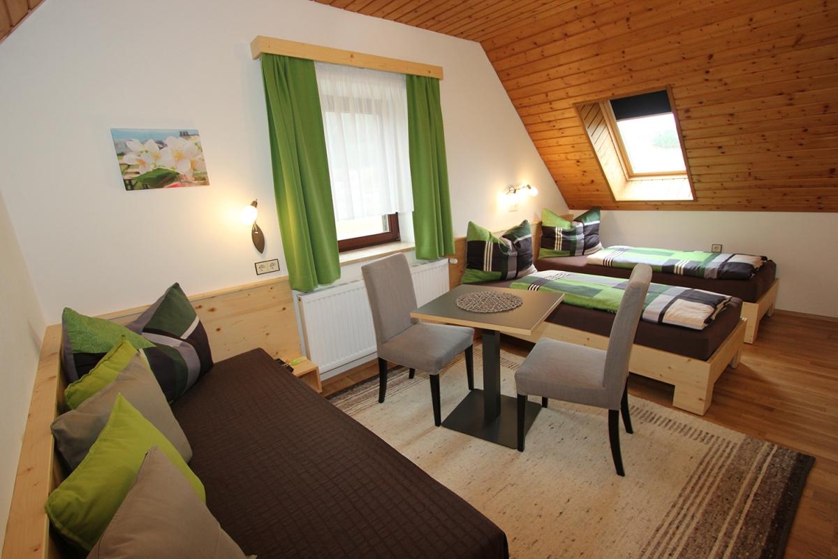 Doppelbett/Twinbett-Zimmer mit Couch